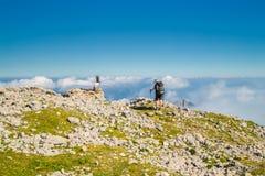 Bergsbestigare som går på berget Peski Arkivfoton
