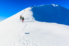 Bergsbestigare som går på bergkanten Arkivbilder