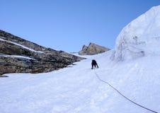 Bergsbestigare som heading upp en brant hängande glaicer runt om seracs i fjällängarna av Schweiz royaltyfri bild