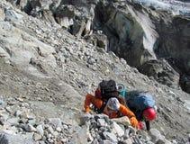 Bergsbestigare som klättrar det steniga berget Fotografering för Bildbyråer