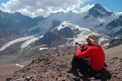 Bergsbestigare som ser sikt i Anderna Arkivfoton
