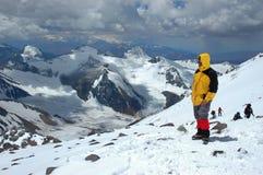 Bergsbestigare som ser sikt i Anderna Royaltyfri Foto