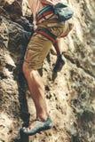 Bergsbestigaren för den vuxna mannen i säkerhetssele klättrar en vaggavägg Extremt begrepp för utomhus- aktivitet för hobby Royaltyfri Fotografi