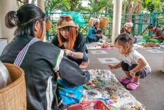 Bergsbestigaren shoppar i Chiang Mai Thailand Royaltyfri Bild