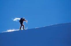 bergsbestigaren skidar arkivfoton