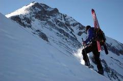 bergsbestigaren skidar Arkivfoto