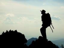bergsbestigaresilhouette Arkivfoton