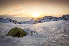 Bergsbestigningtält i snön Arkivbilder