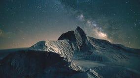 Bergscène bij nacht stock foto