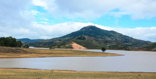 Bergscène met het meer in Dalat Stock Foto