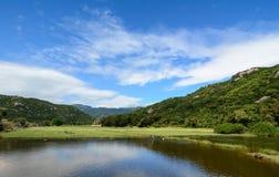 Bergscène met het meer in Nha Trang, Vietnam Stock Foto's