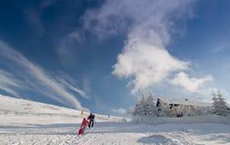 bergsemesterorten skidar Royaltyfria Bilder