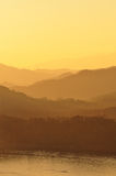 bergseriesolnedgång Arkivbild