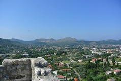 Bergsikt av den gamla staden för fästning av stången i Montenegro på en solig sommardag Mycket besökt ställe av turister Royaltyfria Bilder