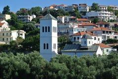 Bergsikt av den gamla staden för fästning av stången i Montenegro på en solig sommardag Mycket besökt ställe av turister Arkivbilder