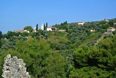 Bergsikt av den gamla staden för fästning av stången i Montenegro på en solig sommardag Mycket besökt ställe av turister Arkivfoto