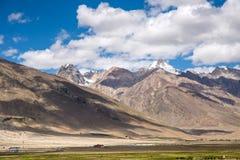 Bergsikt av den Zanskar dalen Royaltyfria Foton