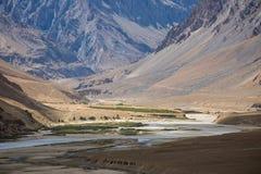 Bergsikt av den Zanskar dalen Arkivbild