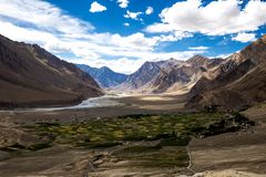 Bergsikt av den Zanskar dalen Royaltyfria Bilder