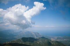Bergsikt av havet och molnen arkivbilder
