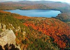 Bergsikt av nedgånglövverk Royaltyfria Foton