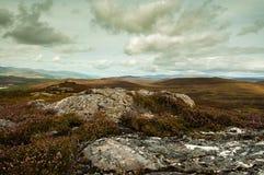 Bergsikt från en stenig överkant. Royaltyfri Foto