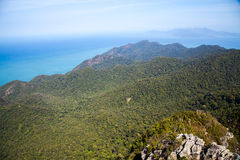 Bergsikt från höjd i Malaysia den varma dagen, Langkawi ö Arkivfoto