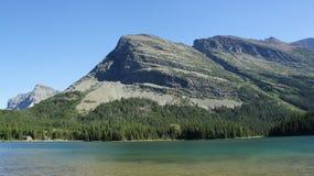 Bergsikt från Swiftcurrent sjön Arkivfoton