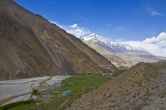 Bergsikt i Himalayas Arkivbilder