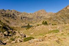 Bergsikt i Parcen Naturlig de la Vall de Arteny, Pyrenees, Andorra royaltyfri fotografi
