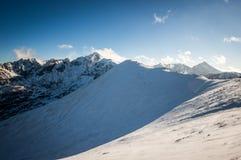 Bergsikt i solljus med moln Royaltyfri Foto