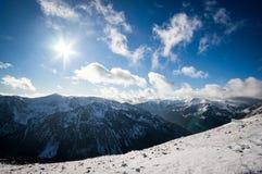 Bergsikt i solljus med moln Royaltyfri Bild
