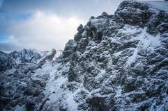 Bergsikt i solljus med moln Royaltyfria Bilder