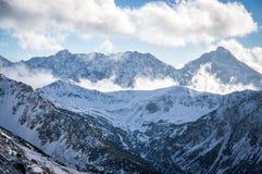 Bergsikt i solljus med moln Royaltyfri Fotografi