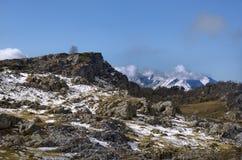 Bergsikt i väg från förgrunden av stenarna Royaltyfria Bilder