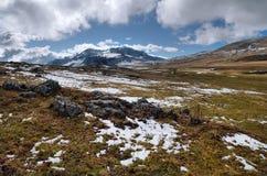 Bergsikt i väg från förgrunden av stenarna Royaltyfri Fotografi
