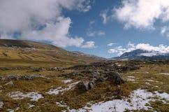 Bergsikt i väg från förgrunden av stenarna Arkivbild