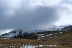 Bergsikt i väg från förgrunden av stenarna Arkivbilder