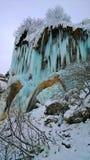 Bergsikt i vinter på en djupfryst vattenfall Fotografering för Bildbyråer