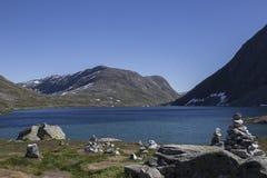 Bergsikt med en sjö Royaltyfri Foto