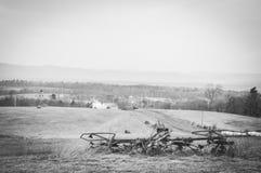 Bergsikt med gammal lantgårdutrustning Royaltyfria Bilder