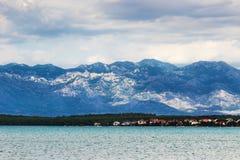 Bergsikt med havet och stranden, Kroatien Fotografering för Bildbyråer