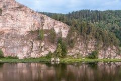 Bergsikt med reflexion Arkivfoto