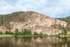 Bergsikt med reflexion Arkivfoton