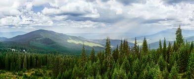 Bergsikt Menchul från Drahobrat arkivbilder