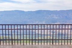 bergsikt och staket arkivbild