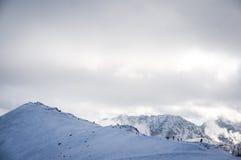Bergsikt och turister i misten och dimman med moln Arkivbilder