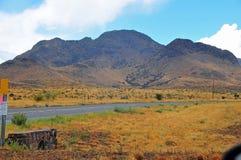 Bergsikt på öppet område Arkivbild