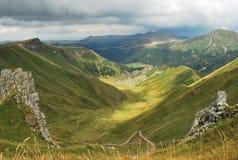 Bergsikt på dalen Arkivbild