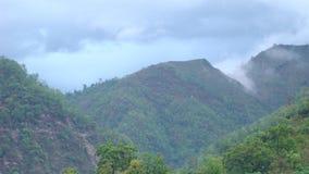 Bergsikt på en mulen dag med moln Arkivfoto